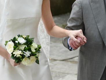 vader geeft bruid knip